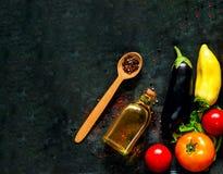 Träsked med kryddor och och nya grönsaker för sund matlagning på bakgrund av gamla rostiga metaller n arkivfoto