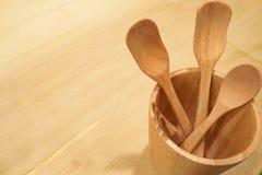 Träsked och gaffel i en kopp som göras av trä Royaltyfria Foton