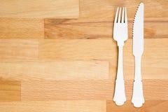 Träsked och gaffel på träbakgrund Royaltyfri Fotografi