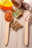 Träskedar med det bruna och vita havet saltar och handgjord tvål fo Royaltyfria Foton