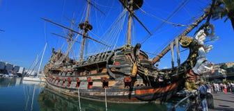 Träskepp i port av Genova Arkivbild