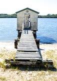 Träskjul vid en flod Royaltyfri Bild