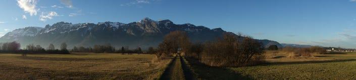 Träskområde och bergskedja Arkivfoton