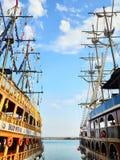 träskonare för två tappning omkring masten, flaggor, repen, träpanelmedel som är i havsporten royaltyfria bilder