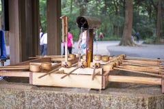 Träskopabruk att rena kroppen, innan att besöka en relikskrin för att tillbe, den appell i japansk temizuya arkivbilder