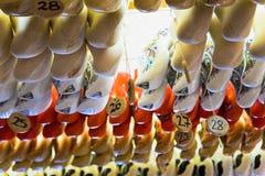 Träskor som hänger från ett shoppatak i Amsterdam fotografering för bildbyråer