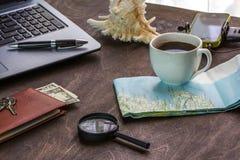 Träskrivbord av aTraveler som förbereder sig för en tur Arkivbilder