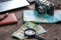 Träskrivbord av aTraveler som förbereder sig för en tur Arkivfoto