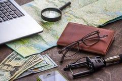 Träskrivbord av aTraveler som förbereder sig för en tur Arkivfoton