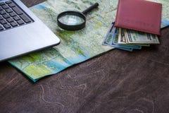 Träskrivbord av aTraveler som förbereder sig för en tur Arkivbild