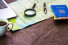 Träskrivbord av aTraveler som förbereder sig för en tur Fotografering för Bildbyråer