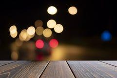 Träskrivbord av brunt på främre suddig bakgrund royaltyfria foton
