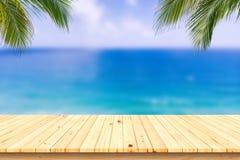 Träskrivbord eller planka på sandstranden i sommar Bakgrund royaltyfri bild
