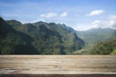Träskrivbord eller terrass på bergsikt Arkivfoto