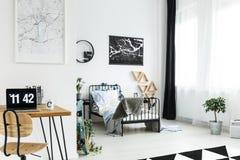 Träskrivbord i enkelt sovrum Royaltyfria Bilder