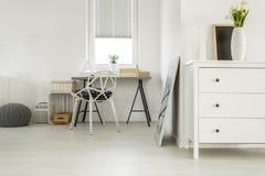 Träskrivbord i vitt rum arkivbild