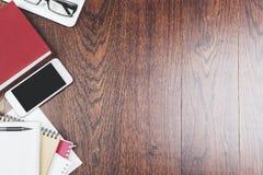 Träskrivbord med objekt fotografering för bildbyråer