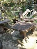 Träskrivbord och stol arkivfoto