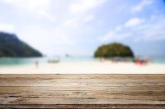 Träskrivbord på stranden Fotografering för Bildbyråer
