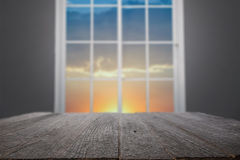 Träskrivbordplattform och hemmiljö av fönstret Arkivfoto