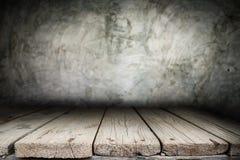 Träskrivbordplattform och polerad bakgrund för konkret yttersida Fotografering för Bildbyråer