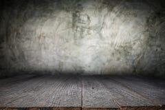 Träskrivbordplattform och polerad bakgrund för konkret yttersida Arkivbilder