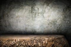 Träskrivbordplattform och polerad bakgrund för konkret yttersida Royaltyfri Foto