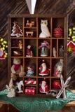 Träskuggaask med jul dekor och leksaksamlingen Arkivbilder