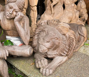 Träskulptur arbetar - lejonet och sammanträdemannen, Ubud Royaltyfri Foto