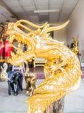 Träskulptur av den guld- färgdraken Royaltyfri Bild