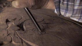 Träskulptur Carver med stämjärnet och hammaren stock video