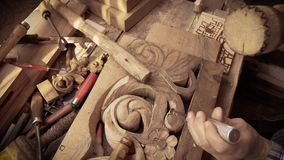 Träskulptur Carver med stämjärnet och hammaren arkivfilmer