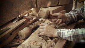 Träskulptur Carver med stämjärnet och hammaren lager videofilmer