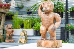 Träskulptur - thailändska konster Arkivfoton