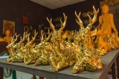 Träskulpturskulptur i träskulpturfabriken Arkivfoto