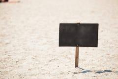 Träskylt på stranden arkivbilder