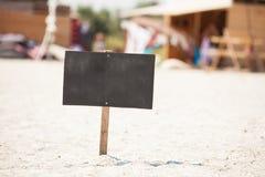 Träskylt på stranden royaltyfri fotografi