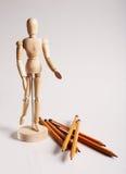 Träskyltdocka för att måla med blyertspennor på a Royaltyfria Bilder