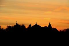Träslotten taklägger på solnedgången Royaltyfria Bilder