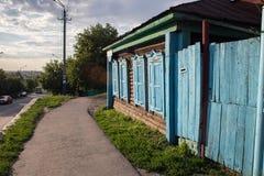 Träslutare för stängt fönster i det gamla huset i siberian stil för ryss i Petropavlen, Kasakhstan royaltyfria bilder