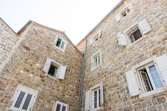 Träslutare på en stenvägg av huset i den gamla Budvaen, Montenegro Arkivfoto