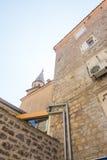 Träslutare på en stenvägg av huset i den gamla Budvaen, Montenegro Royaltyfri Bild
