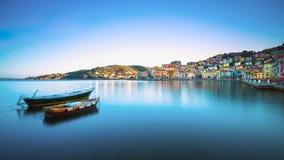 Träsmå fartyg i den Porto Santo Stefano sjösidan Argentario, Arkivfoto