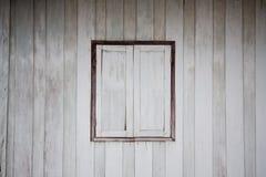 träsmutsigt gammalt vitt fönster Royaltyfri Foto