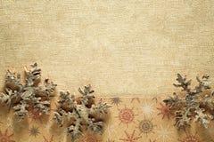 Träsnöflinga på guld- bakgrund arkivfoto