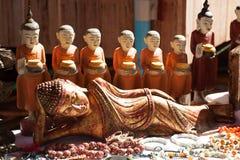 Träsnida Buddhasouvenir Arkivfoto