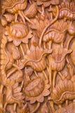 Träsniden dörr Arkivbild