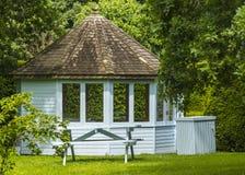 Träsommarhus i en trädgård Royaltyfria Foton