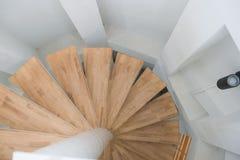 Träspiral trappa från modern inre för hus royaltyfri fotografi