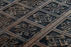 Träspjällåda med snidit orientaliskt Royaltyfri Foto